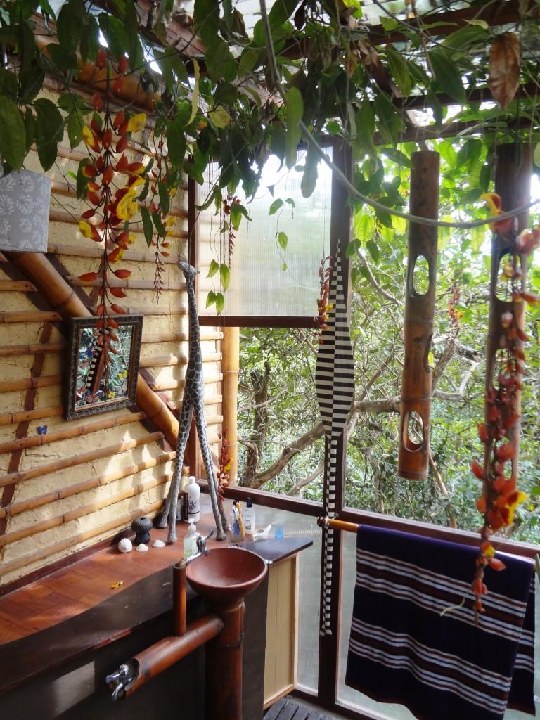 detalle de lavatorio y maceteros de bambú