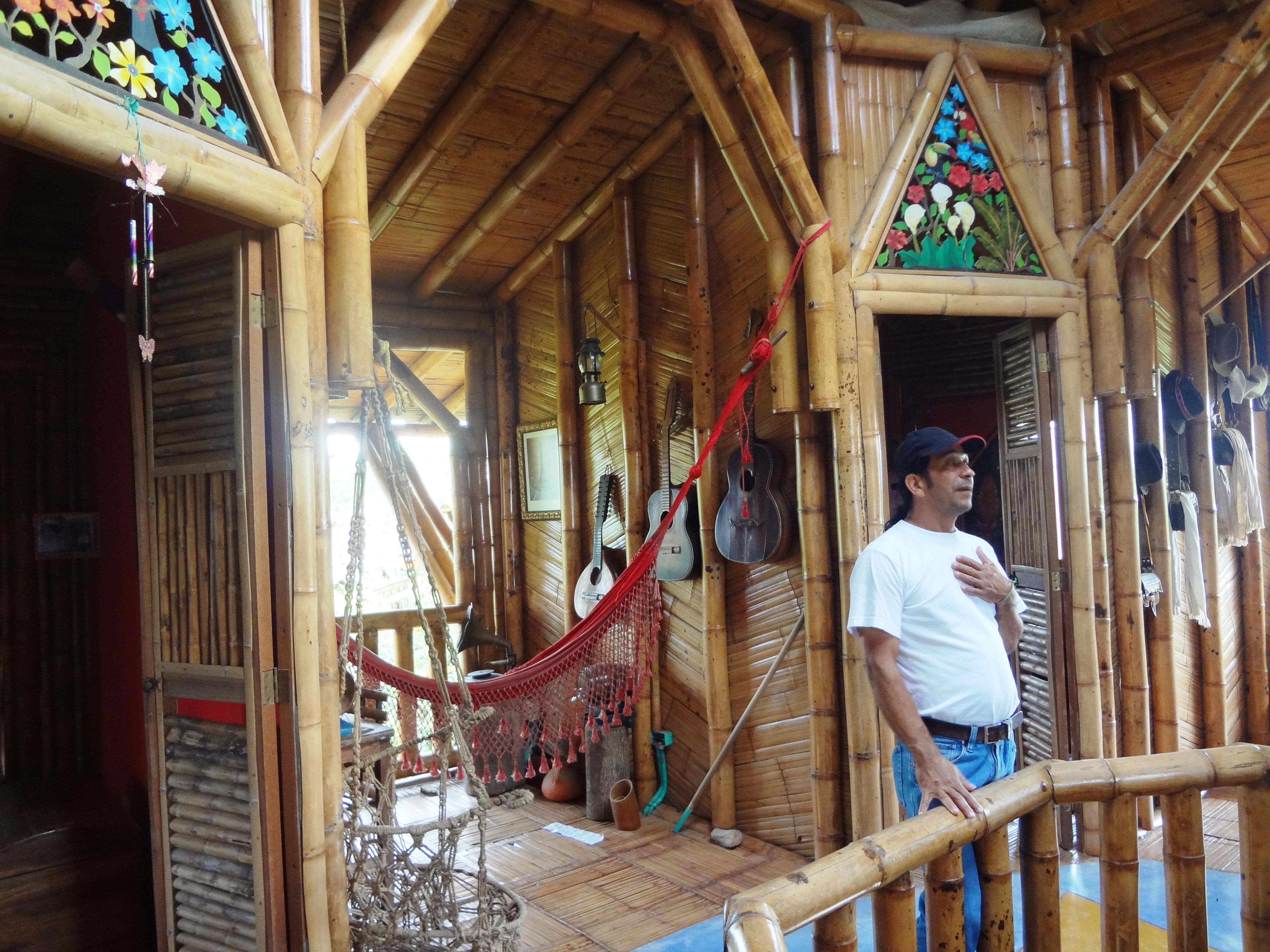 Hernando Villegas Gran artesano  y Maestro de la construcción en Bambú. Desde la Granja de MamaLulu , Colombia, difundes tu arte y tus principios sustentables.